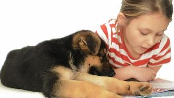 Mädchen liest mit Hund