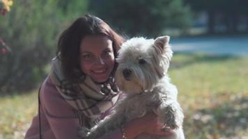 Der Hund steht auf den Hinterbeinen. Das Mädchen spricht mit ihrem Hund