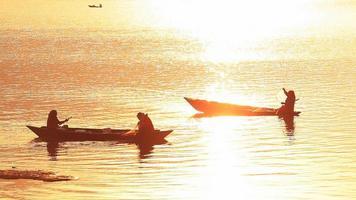 les femmes rament sur le lac à pokhara, himalaya.