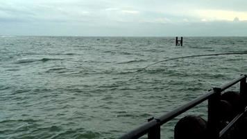 uomo pescatore su un molo pesca in 1080p
