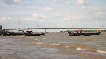 pirogues amarrées au bord de la rivière par temps venteux