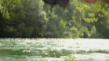 uomo con canna da pesca alla trota sul fiume in italia video