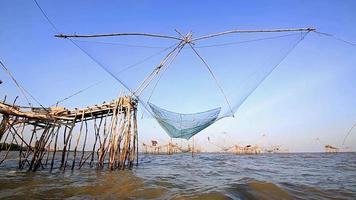 pescatore che cattura pesce
