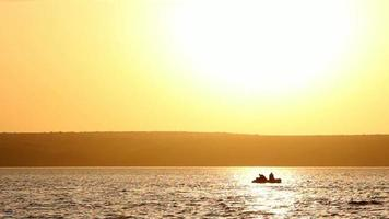 dois homens pescando juntos em um barco