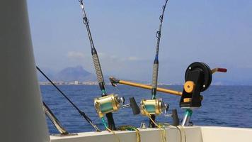 Angeln in einem Boot mit Downriggern und Auslegern, die nach Thunfisch trollen