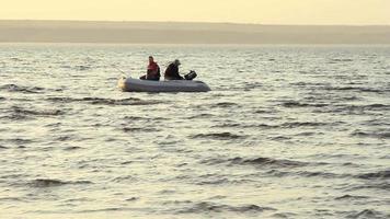 zwei mans fischen zusammen in einem boot