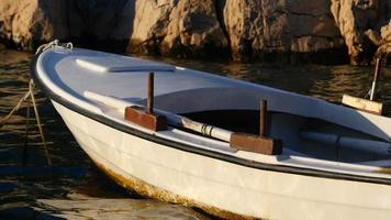 hd cámara lenta: pequeño barco de pesca local atracado al anochecer