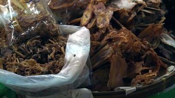 pesce essiccato e frutti di mare nella bancarella del mercato del sud est asiatico
