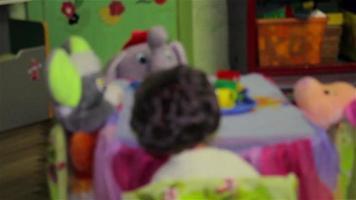 juguetes para niños en el jardín de infantes video