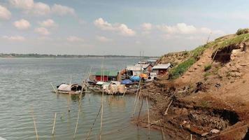 vila de pescadores com pequenos barcos de pesca ao longo do rio,