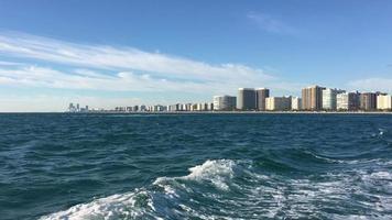 Das Boot schwimmt. im Hintergrund ist Stadt.
