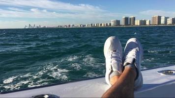 Das Boot schwimmt. im Hintergrund ist schöne Stadt.