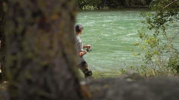 Mann mit Rutenfischerforelle auf Fluss in Italien