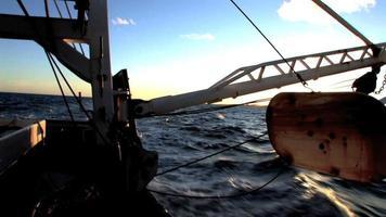alba su una barca da pesca