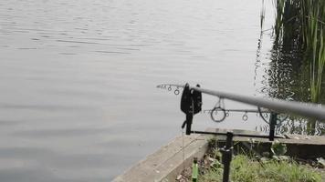 pescando nas margens de um lago inglês