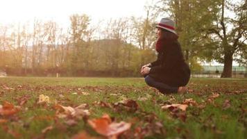 junge Frau, die mit Beagle-Welpenhund im herbstlichen Park spielt