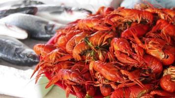 lagostim vermelho cozido no mercado de peixes de balcão