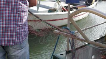 pescador puxando rede no porto de lavandou, var, sul da frança