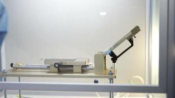 stampaggio di pellicole polarizzanti sul display lcd dello smartphone video