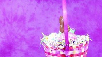cesta de coelhinho da páscoa de chocolate video
