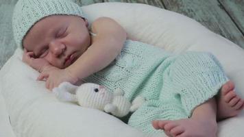 um menino dormindo. video
