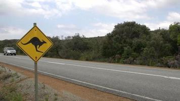 Auto vorbei an einem Känguru-Zeichen in Albany