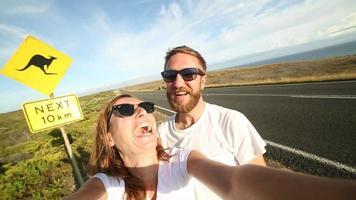 Dos adultos jóvenes toman retrato selfie en Australia video