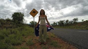 aplaudindo jovem pulando no ar na estrada, Austrália video