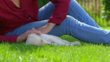 la donna sta accarezzando il suo cucciolo addormentato