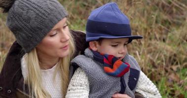 famiglia sulla passeggiata invernale in campagna con cane girato su r3d video