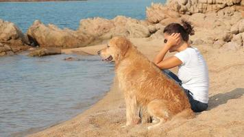 hermosa joven con golden retriever video
