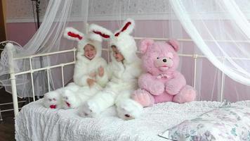 due piccole ragazza carina in costume da lepre di coniglio in studio fotografico