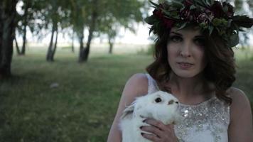sposa che accarezza un coniglio nel primo piano della foresta