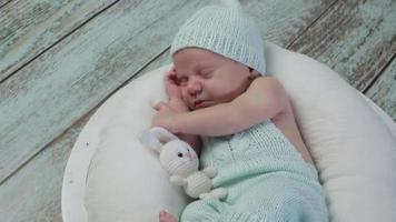um bebê recém-nascido dormindo. video