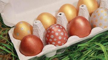 mão pega o ovo de páscoa dourado video