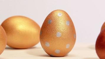 ovos de páscoa dourados. video