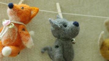 juguetes colgados de un tendedero. video