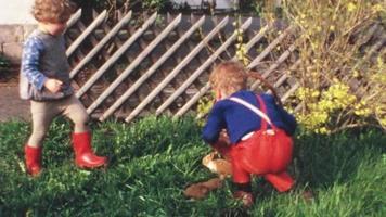 crianças com filhotes de coelhinhos (filme vintage de 8 mm)