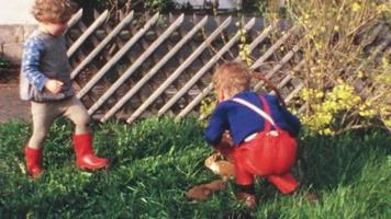 Kinder mit Hasenwelpen (Vintage 8mm Film) video