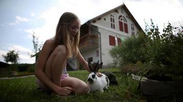 hd breed: meisje streelt konijn