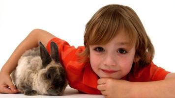 chico lindo con conejo mascota