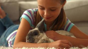 niña feliz con conejo mascota
