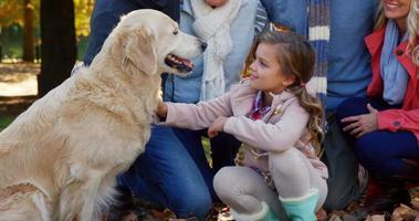 família com cachorro ao ar livre