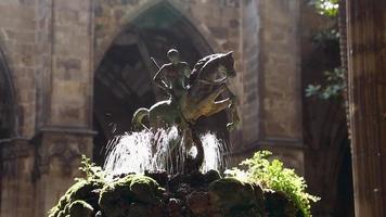 fontaine historique dans un ancien palais video