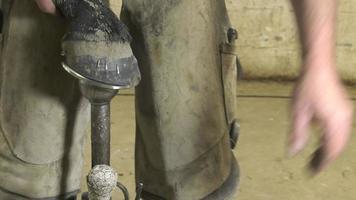 um ferreiro artesão substitui ferraduras
