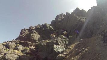 dois homens, duas mulas, caminho de montanha de alta altitude, largo video