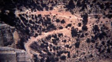 1972: fila di cavalieri che scendeva un ripido sentiero di montagna.