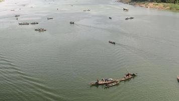 le barche dei pescatori che sollevano le loro grandi reti fuori dall'acqua