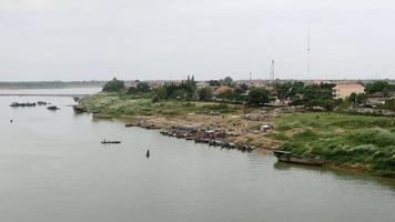 marché aux poissons situé au bord de la rivière à côté de la ville