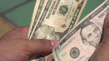 homme comptant le papier-monnaie